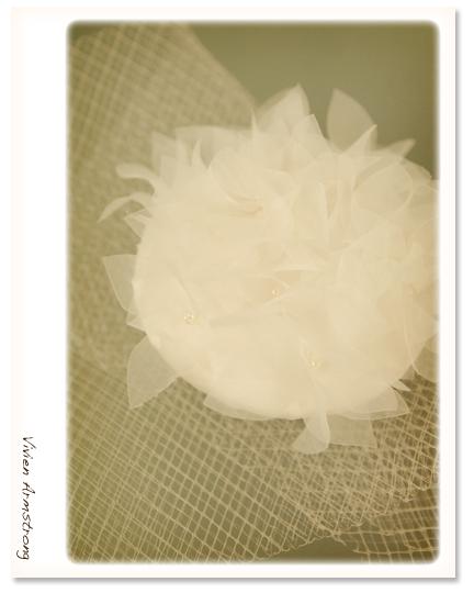新作のウェディングドレスに合わせたヘッドパーツを手作り