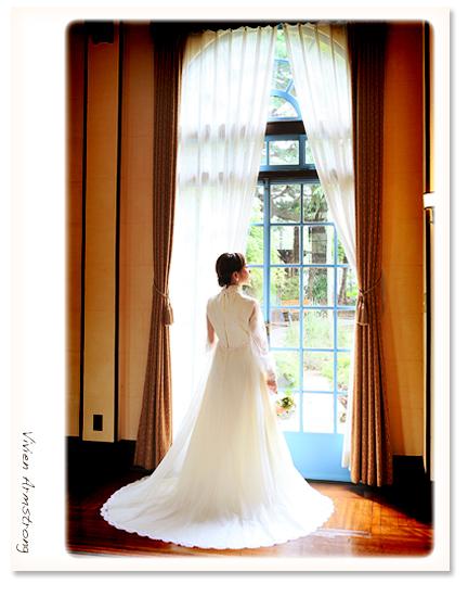 ベーリックホールの大広間でウェディングドレス姿で撮影