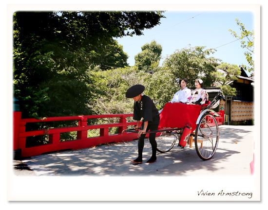 鎌倉の赤い橋の前で人力車に乗って前撮り