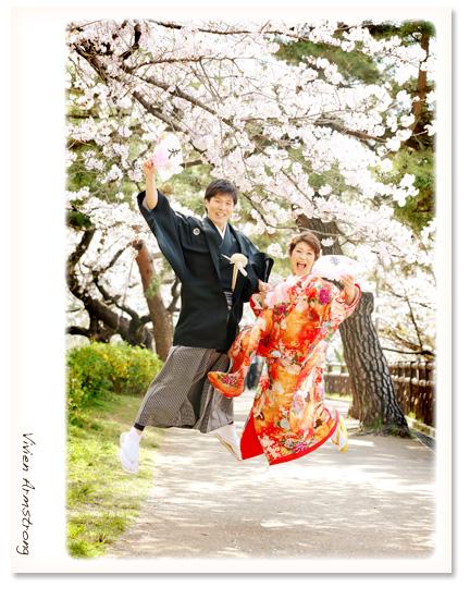 桜ロケーション前撮りのひとコマ、ジャンプ!