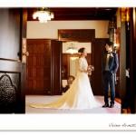 旧前田侯爵邸の前撮りでポーズをとる新郎新婦