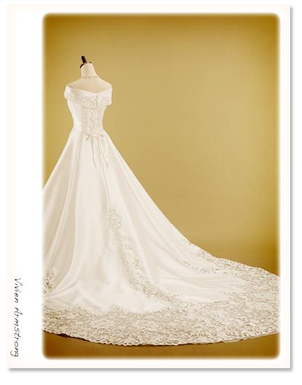 エレガントな上質なシルクのウェディングドレス