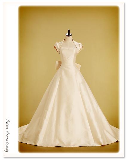 ミカドシルクのリボン付きウェディングドレス