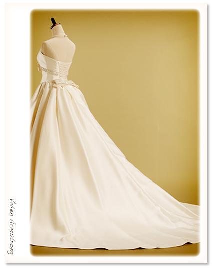 オーバートレーン付のウバッスルスタイルエディングドレス