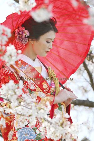 和装前撮り定番の和傘のポーズは、両手でふんわりと支えるイメージで