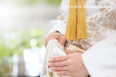 打掛の持ち方は、右手のひらを上にした状態で下から着物をつかみ、自分の方へ手を返して 親指以外の指を着物で包むように