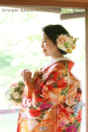色打掛の和装前撮りでは新婦の姿勢は背筋をまっすぐ上から引っ張られるように
