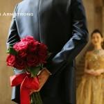 美女と野獣のようなカクテルドレスの花嫁に真紅のバラのブーケをプレゼント