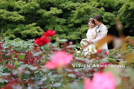バラの庭で優しく抱き合う新郎新婦の二人だけの世界…