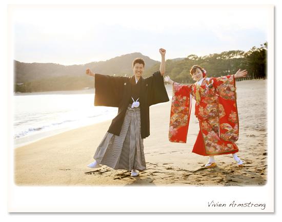 河津桜ロケーションで海での撮影を楽しむ新郎新婦