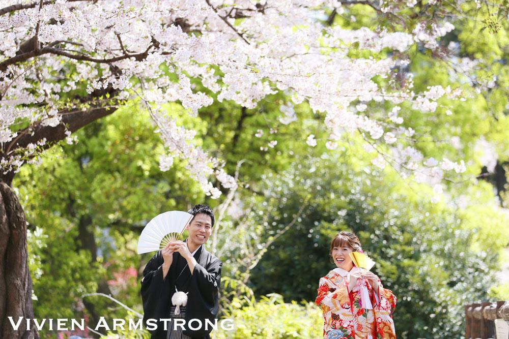 ロケなら季節感を足すのもGOOD。桜の下で思わず笑顔零れる前撮りに