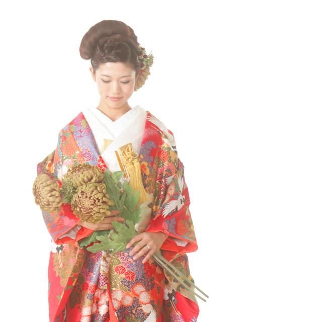 ブーケの代わりに大輪菊を持って和装前撮りにもバリエーション