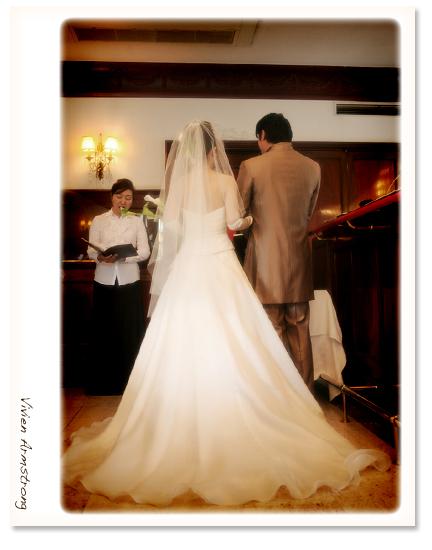 結婚式、二人の後ろ姿