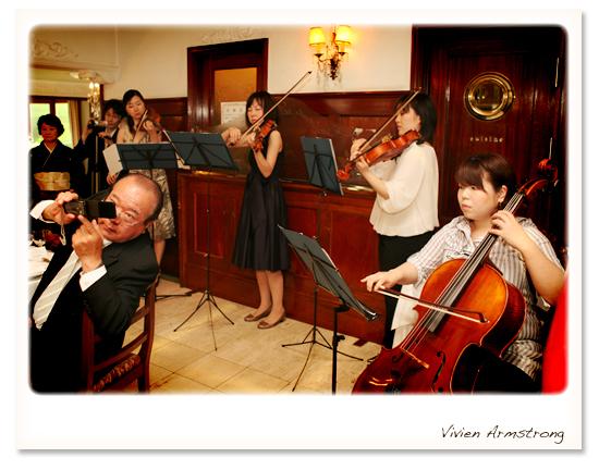 披露宴に花を添えるクラシック音楽の演奏