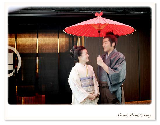 赤い傘をさして記念撮影