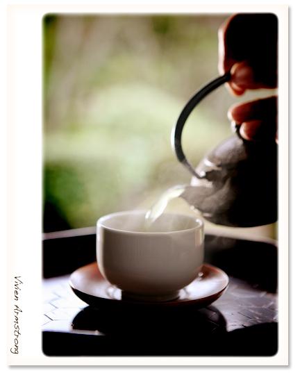 急須でお茶を注ぐシーン
