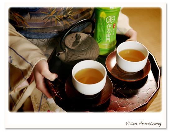 お茶を運ぶ新婦様。CM風なのでペットボトル