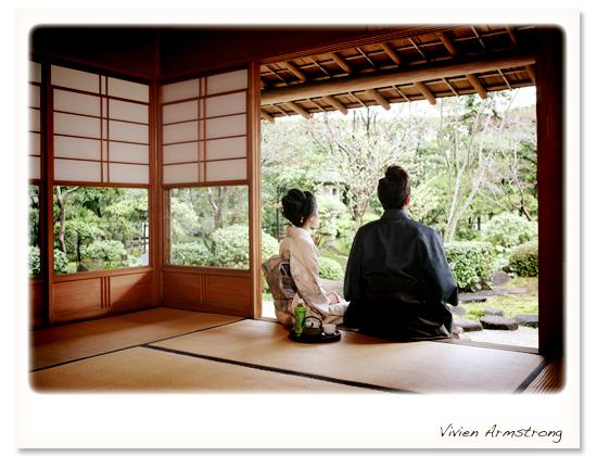 お茶室の軒先で後ろ姿 フォトウェディング、前撮りは東京 Vivien Armstrong 庭園や
