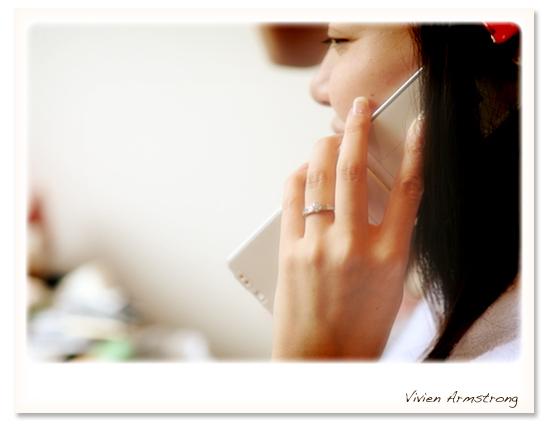電話で友人と打ち合わせ中の新婦様