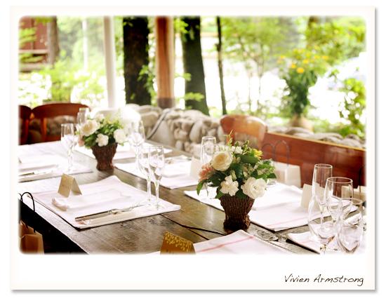 食器が並んだ綺麗な会場のテーブル