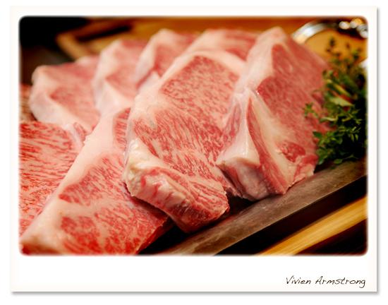 凄い厚みと霜降りの肉