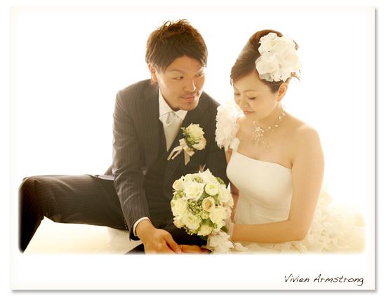 白い背景、座り姿で二人写真