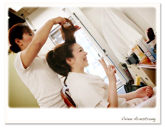 お支度中。自分の髪で日本髪を結ってます