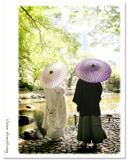 小石川後楽園の池の前で傘をさしてツーショット撮影