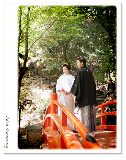 赤い桟橋の上、綿帽子を取って簪で撮影