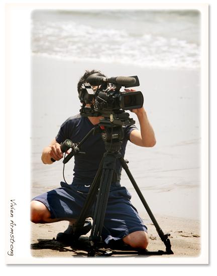 海岸でビデオ撮影中
