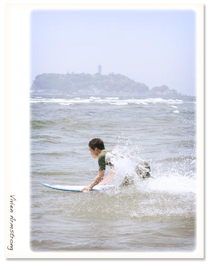 江ノ島の海に入っていくサーフィンが趣味の新郎