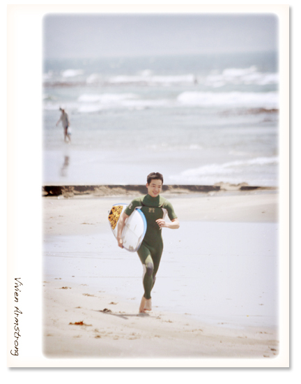 撮影の冒頭から海岸をダッシュする新郎