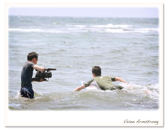ビデオカメラも撮影で海に入ります
