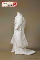 光沢感のある刺繍で桜と鶴をあしらった華やかな白無垢