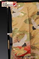 優雅な花丸文に黄金の瑞雲を鶴が舞い飛ぶ様をあしらった、典雅な黄色の色打掛