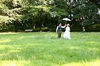 旧前田侯爵邸のガーデンでフォトウェディングをする新郎新婦