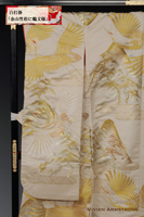 山々に瑞雲、松の広がる広大な景色を鶴が飛びゆく山水画のような風景を、金糸で上品に描いた白の打掛