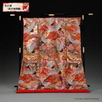 茜に染まる山々の上を鶴が舞い飛ぶ絵画的世界観の描かれた、金糸の光沢感がある華やかな赤の色打掛