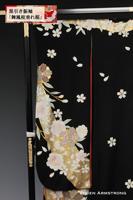 大小のしだれ桜が風に舞う様子が繊細に描かれたたおやかな黒引き振袖