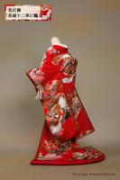 末広がりの繁栄を象徴する花扇に鶴が舞う古典柄に、八重重ねと袖飾りを加えた十二単風の赤い色打掛