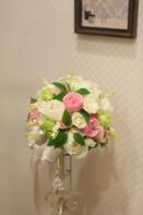 白とピンクのバラがメインのラウンド型ブーケ