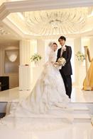 挙式前にドレスとタキシードでロケーションフォトをする新郎新婦さま