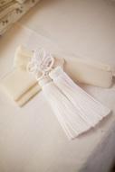 和装でのウェディングフォトで花嫁が身に着ける白い懐剣と筥迫のイメージカット