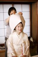 東京の撮影できる和室でお色直しをのために綿帽子と白無垢に着替える新婦のメイキング風景