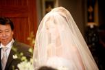 ウェディングベールに包まれた花嫁さまの笑顔