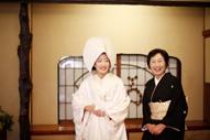 東京の撮影できる料亭で行うウェディングフォトで、綿帽子に白無垢姿の新婦と黒留袖と着た新婦の母の写真