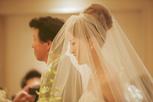 ヴェール越しバージンロードを進む花嫁の横顔
