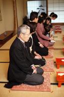 東京の料亭でウェディングフォトを撮る新郎新婦の親族の様子