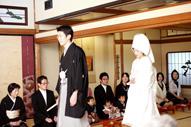 東京のウェディングフォトが撮影できる料亭で、親族顔合わせに登場する和装の新郎と綿帽子に白無垢姿の新婦