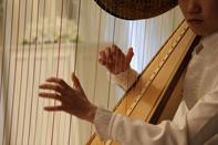 結婚式ではハープの心地よい演奏が流れています
